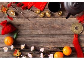 木纹桌面上的红包新年背景