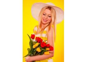 一位手持郁金香的美丽年轻女子的春天画像_1237574101