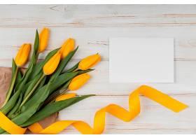 黄色郁金香与空卡的俯视组合_1206775901