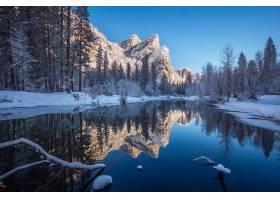 冬天被白雪覆盖的树木环绕的河流_1215235001