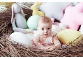 可爱的小宝宝五颜六色的复活节彩蛋和躺在_246225301