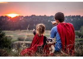 小女孩和爸爸穿着超级英雄的衣服幸福美满_894620801