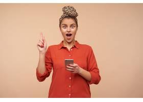 室内拍摄的年轻兴奋的黑发女士穿着红色衬衫_1246987901