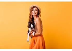 迷人的姜色女孩穿着夏装抱着法国斗牛犬_1193500901图片