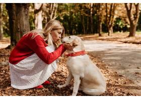 美丽的女人在亲吻她可爱的漂亮小狗可爱的_1201831801