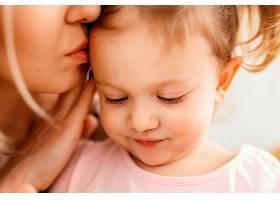 美丽的女儿和母亲在家里共度时光_1265886101