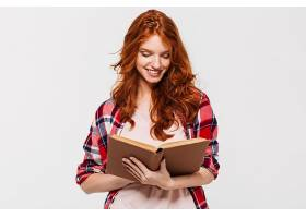 微笑的姜色女子抱着衬衫看书_733802501