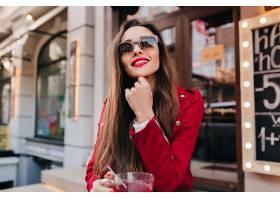 戴着墨镜穿着红色夹克的可爱女孩带着感兴_1108368201