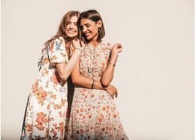 两个年轻美丽微笑的潮人女孩穿着时髦的_932209401
