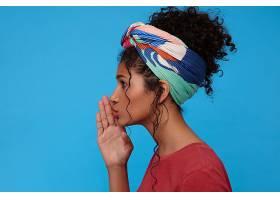 侧视年轻迷人的深色头发卷曲的女人头发聚_1247169401
