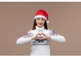 前景年轻女子在棕色背景上送爱新年情感圣诞_1166845701