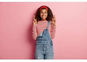 可爱的十几岁的女孩穿着工作服留着卷发_1260722401