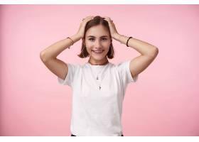 在门上拍摄的年轻迷人的深色头发的女人双_1247153001