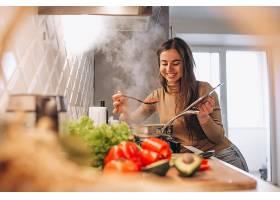 女人在厨房做饭_396254901