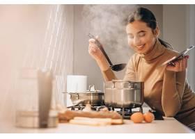 女人在厨房做饭_396255401