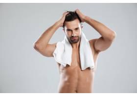 一名年轻男子拿着毛巾摆姿势_8077781