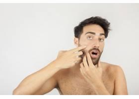 一名男子惊讶地发现了一个新的粉刺_1172399