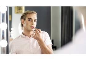 男士化妆时照镜子的样子_11500269