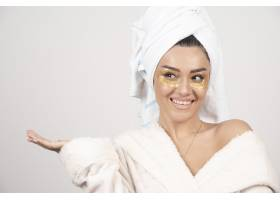身穿浴袍戴着眼罩的年轻女子摆姿势_11728715
