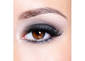 深棕色魅力妆容的女性眼睛微距拍摄_10231438