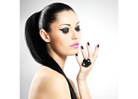 黑色指甲和粉红色嘴唇的美丽性感女人的脸_11961639