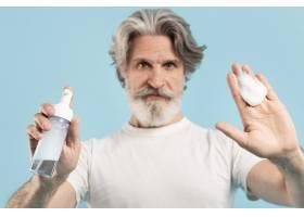 高级男子展示清洁剂的正视图_9410111