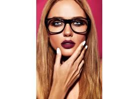 美丽的金发女模的性感魅力写真粉色背景下_7046462