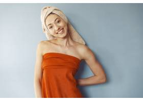 穿着毛巾站着的漂亮女孩_6632164