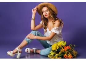 美丽的金发年轻女士戴着时髦的稻草夏帽手_9331270