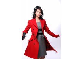 穿着红色大衣的漂亮年轻女子_6712752