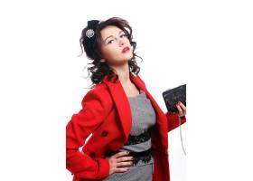 穿着红色大衣的漂亮年轻女子_6712753