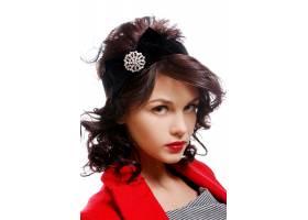 穿着红色大衣的漂亮年轻女子_6712755