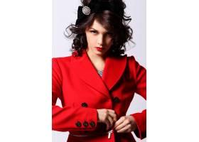 穿着红色大衣的漂亮年轻女子_6712761