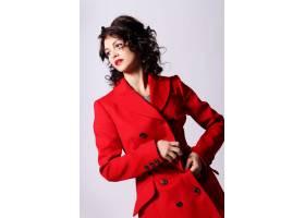 穿着红色大衣的漂亮年轻女子_6712797