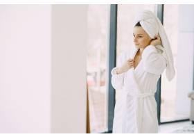 家里穿着白色浴袍的漂亮女孩_8355734