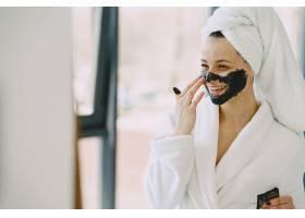 家里穿着白色浴袍的漂亮女孩_8355736