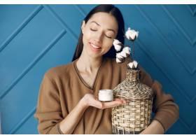 站在工作室里拿着棉花的漂亮女孩_6425763