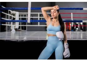拳击手女孩在健身房摆姿势_4752311