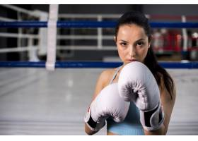 拳击手女孩在健身房摆姿势_4752312