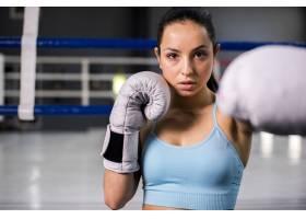 拳击手女孩在健身房摆姿势_4752313