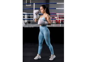 拳击手女孩在健身房摆姿势_4752314