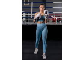 拳击手女孩在健身房摆姿势_4752315