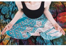 坐在莲花中的下半身妇女在毯子上摆出摩陀罗_5245371
