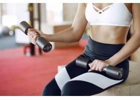 早间健身房里的女运动员训练_6423832