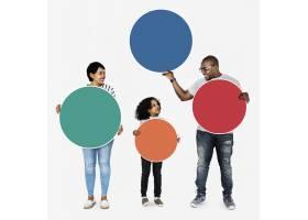 幸福的家庭拿着五颜六色的圆板_3533854