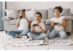 非洲孩子玩电子游戏穿着轻便衣服的孩子们_13551790