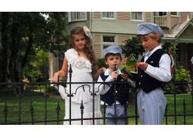 一个可爱的小女孩和两个穿着相同服装的男孩_10758782