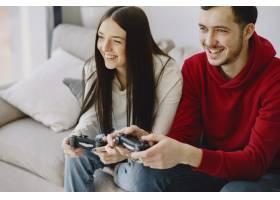 一对夫妇在家里玩电子游戏_8355767