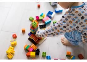 男孩和妈妈穿着五颜六色的建筑工具包玩耍_1537342