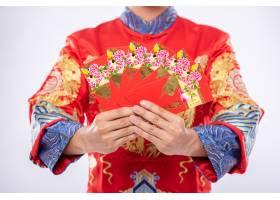 穿旗袍西装的男士送给家人一份礼物让他成_12430458